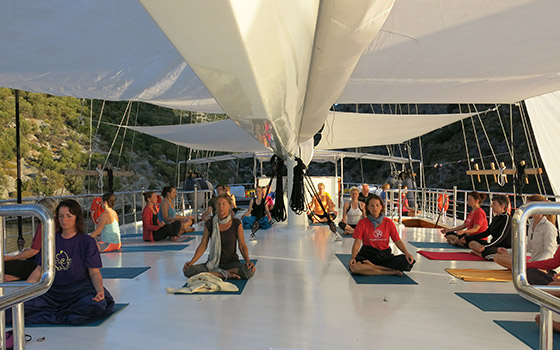 2-yogacruise-yoga